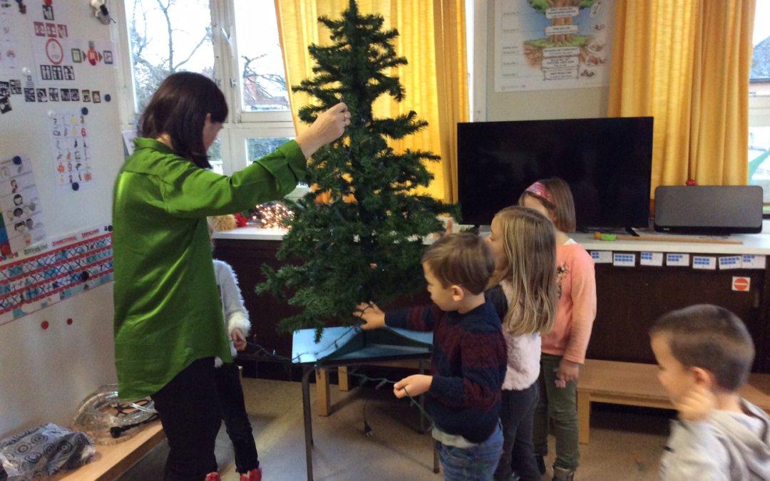 De kerstboom zetten in de klas!